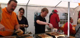 Junge Union verkauft Thüringer Bratwürstchen beim Stadtfest